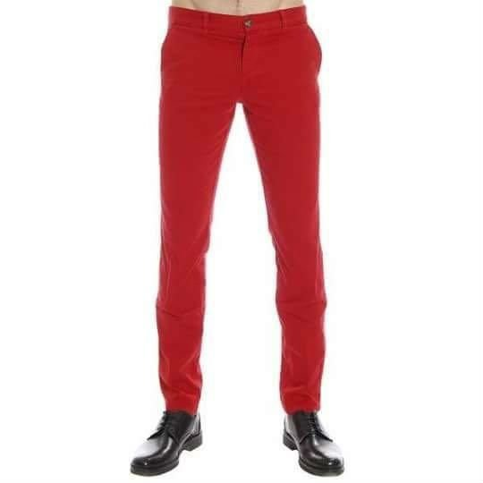 un uomo con un paio di pantaloni di color rosso