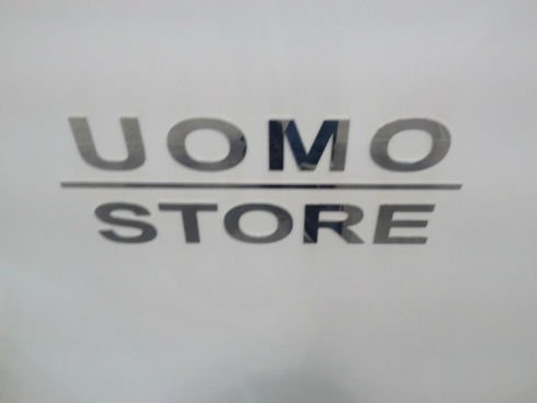 una scritta Uomo Store