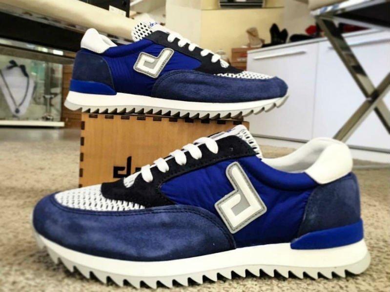 due scarpe di color blu e bianco