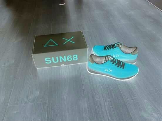 un paio di scarpe azzurre della marca Sun 68