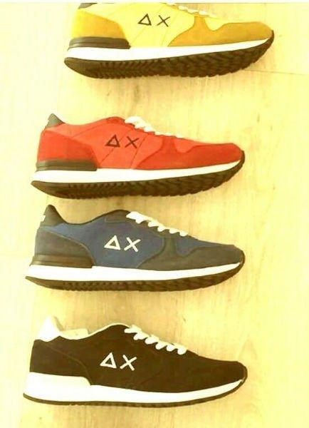delle scarpe di color nero, blu , rosso e dorato