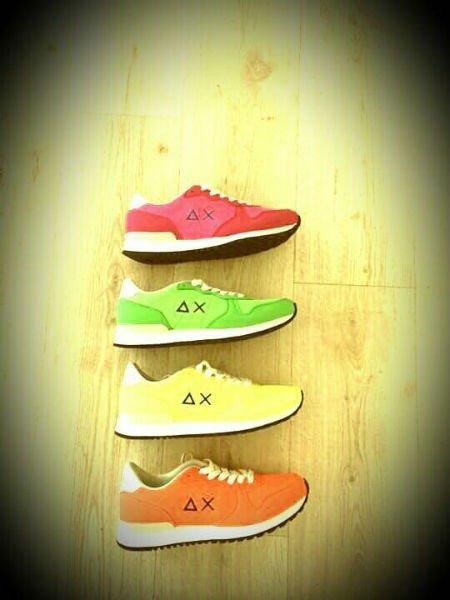 delle scarpe di color rosa, verde, giallo e arancione