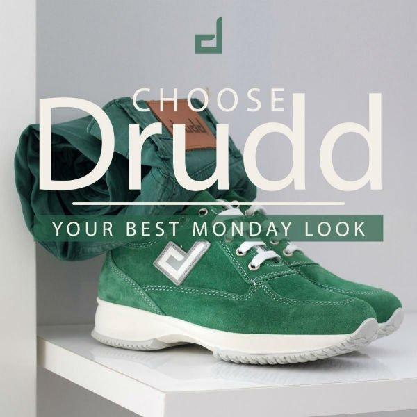un paio di scarpe e un paio di pantaloni verdi