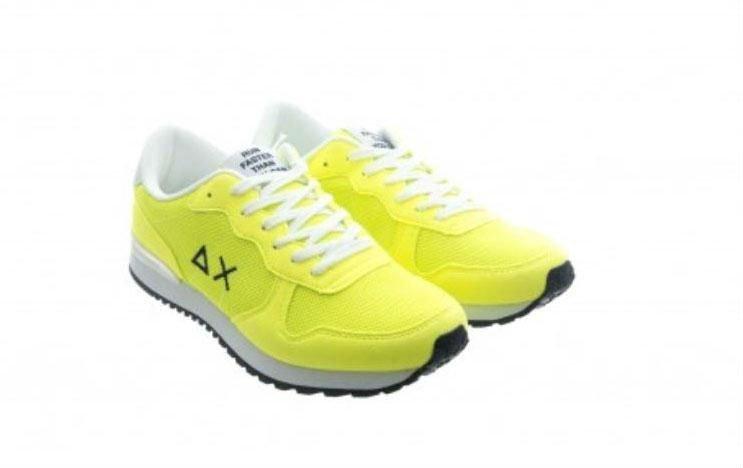 un paio di scarpe gialle
