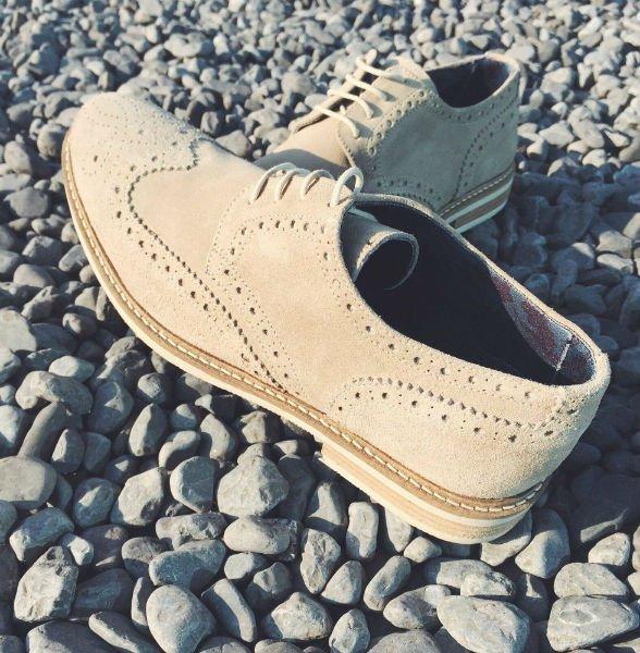 un paio di scarpe di color marrone chiaro