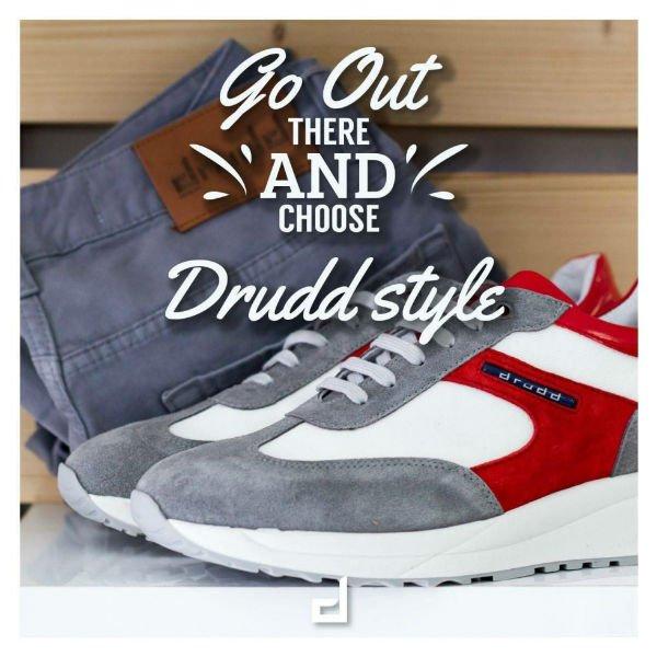 un paio di scarpe di color rosso, grigio e dei pantaloni grigi