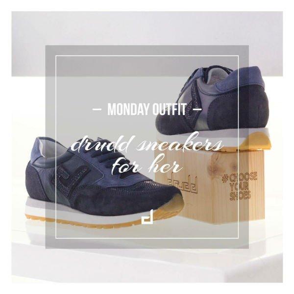 un paio di scarpe di color blu della marca Drudd