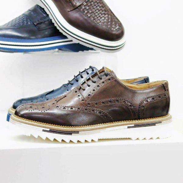 delle scarpe di pelle da uomo di color blu e marrone