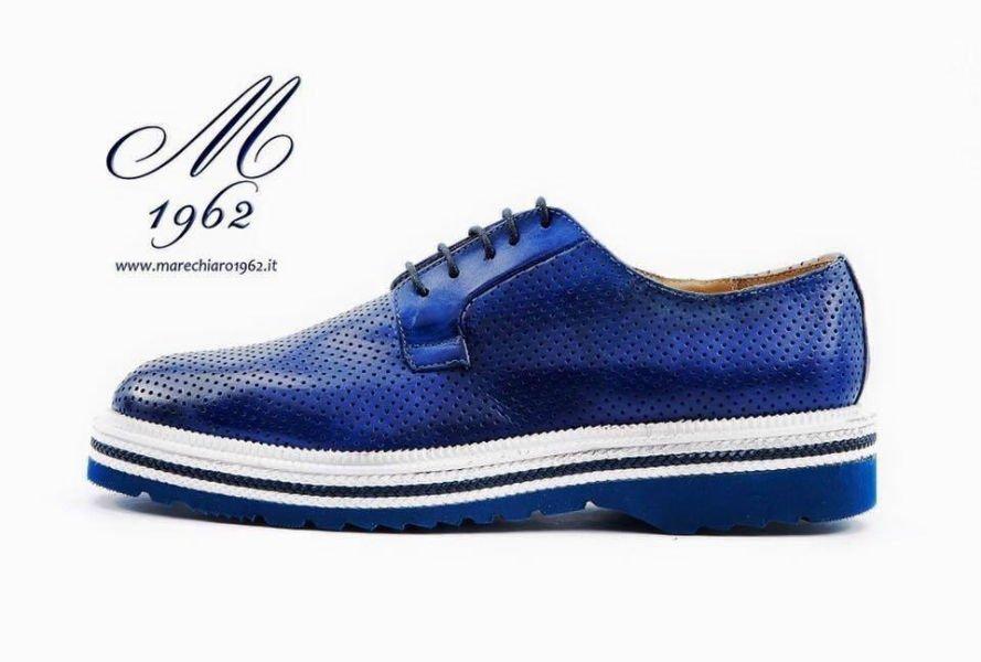 una scarpa di color blu