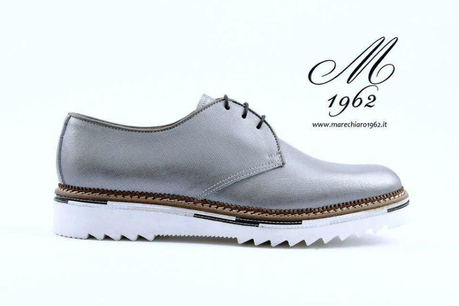 una scarpa di color grigio