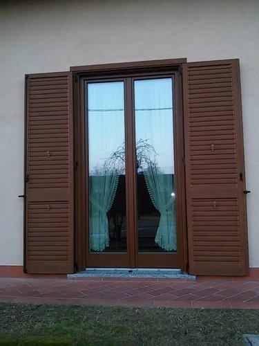 finestra in persiane con tende