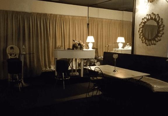 nuovo pianobar con luce soffusa per il musicista