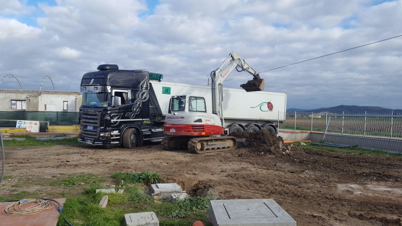 scavatrice vicino a un camion