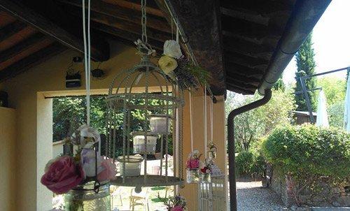 tettoia della casa per anziani con gabbiette per uccelli con candele all'interno