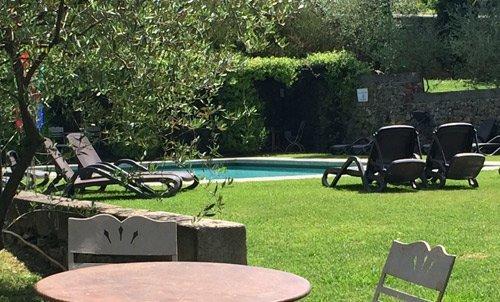 esterno della casa per anziani,giardino con piscina e sdraio