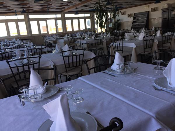 tovaglie bianche nel ristorante