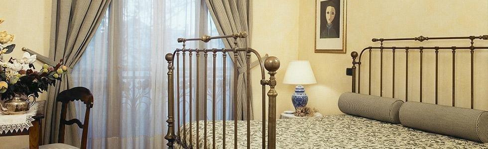 Camera da letto con vecchi mobili di ottone e legno