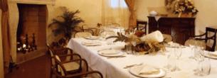 Tavola del ristorante preparata insieme al camino