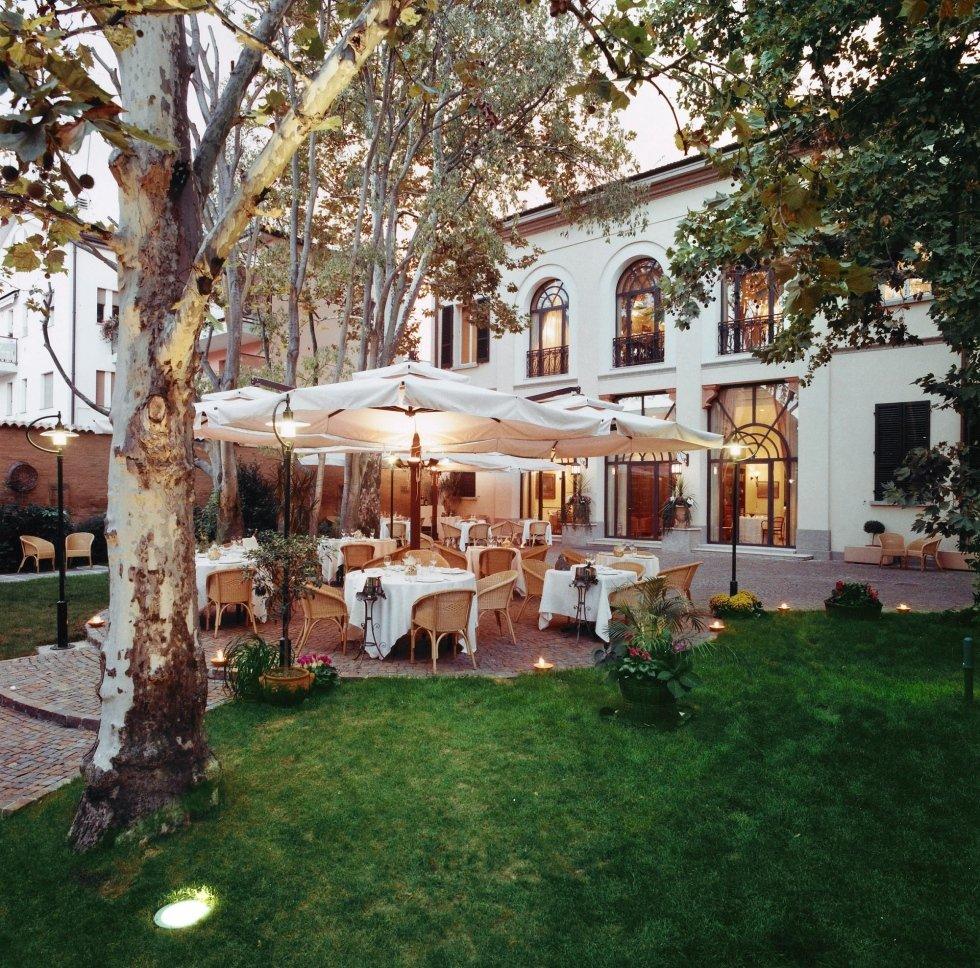 Accogliente foto del ristorante nel giardino