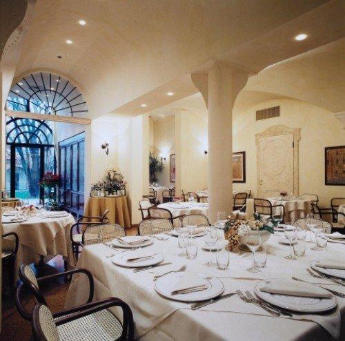 Vista del ristorante con le tavole pronte per la cena
