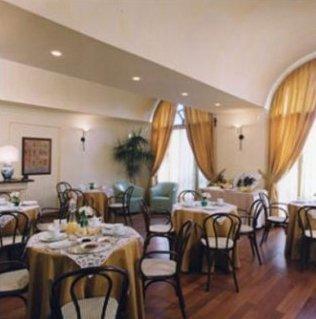 Vista della mensa interna con le tavole pronte per la prima colazione