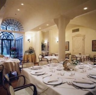 Vista generale del ristorante pronto per la cena