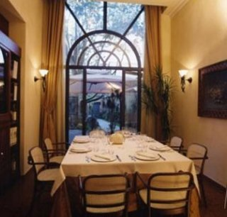 Tavola del ristorante di fronte alla porta finestra  del giardino