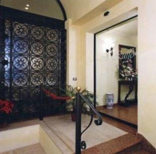 Pannello di ferro battuto decorando una parete laterale
