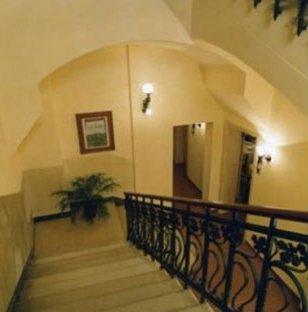 scale in marmo , ringhiera di ferro battuto e passamano di legno