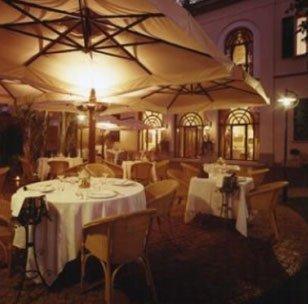 Il ristorante del giardino per la notte con le luci accese