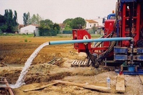 Installazione di condutture per la canalizzazione di acqua.