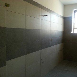 Rivestimento per bagno bicolore e moderno
