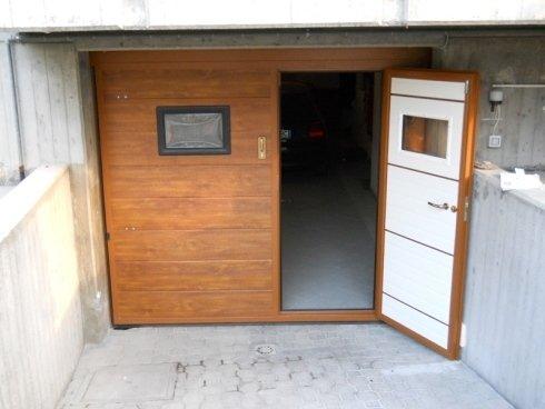 basculante in pannelli color finto legno con porta pedonale e oblò
