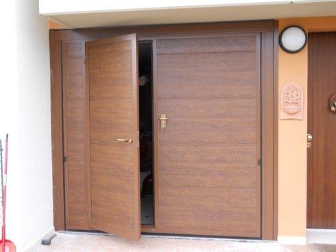 basculante in pannelli color finto legno con porta pedonale