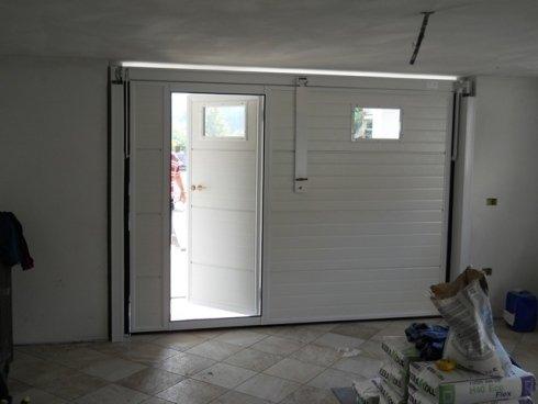 basculante pannelli coibentati bianchi con oblo e pedonale
