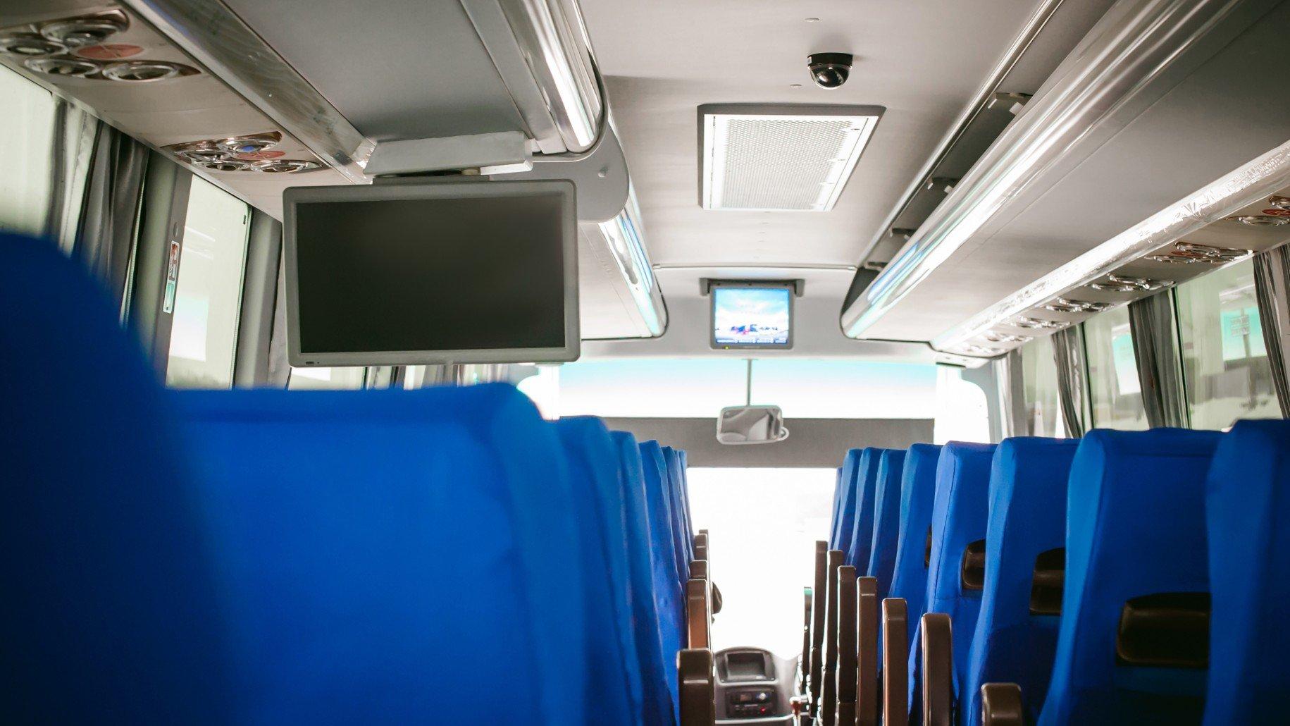 Sedili di colore blu e monitor per vedere pellicole