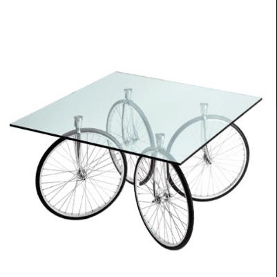 Tavolo in vetro con gambe a forma di ruote di bicicletta