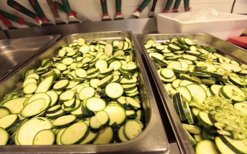 due contenitori ripieni di zucchine