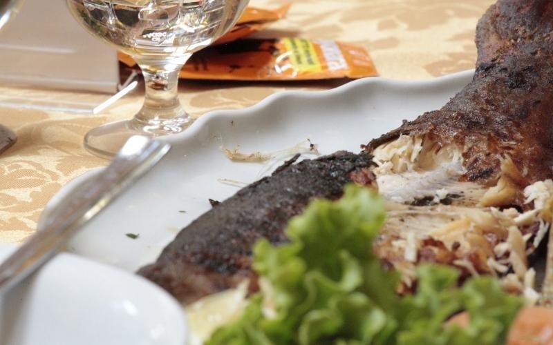 piatto di pesce mezzo mangiato