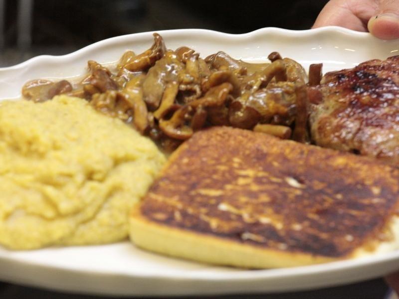 piatti di polenta, funghi e carne