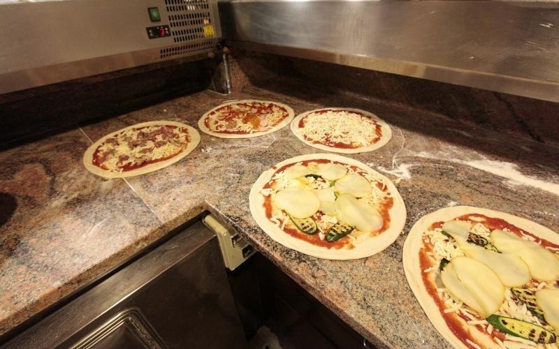 pizze pronte per essere infornate
