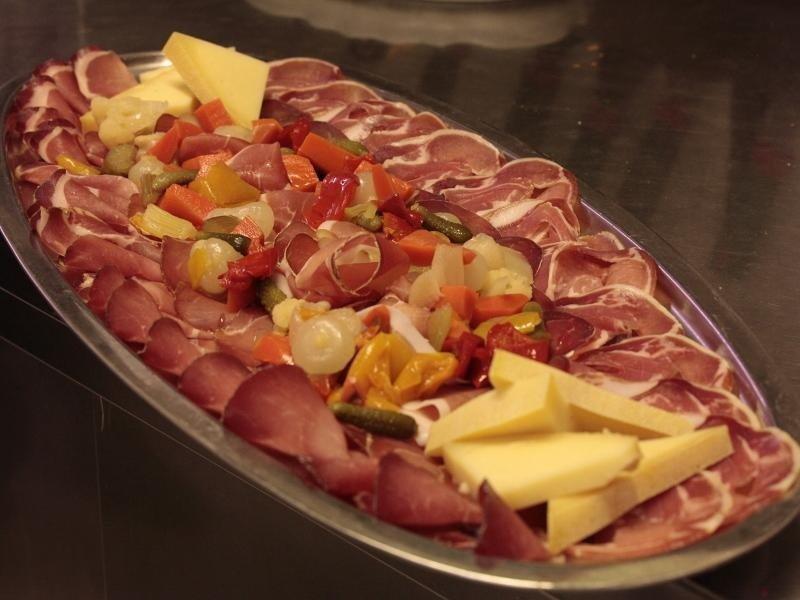 piatto di affettati e formaggi