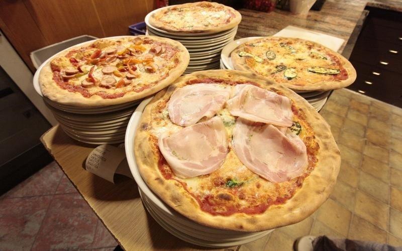 quattro pizze con vari gusti