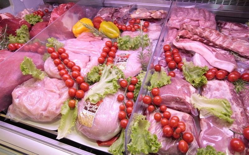 vetrina con vari tagli di carne e pomodorini