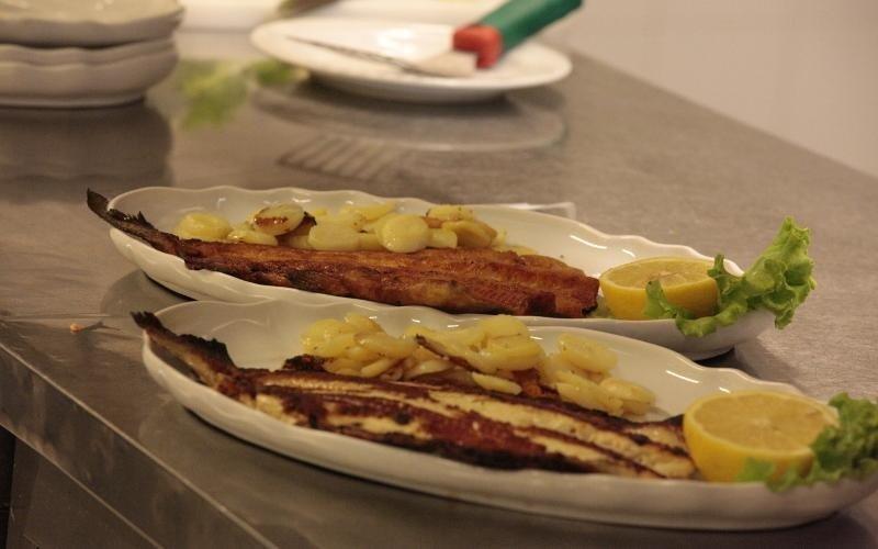 piatti con filetti di pesce e patate