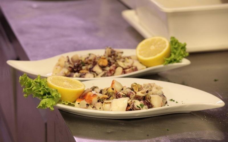 due piatti di pesce fresco