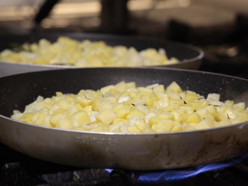 padella con patate sul fuoco
