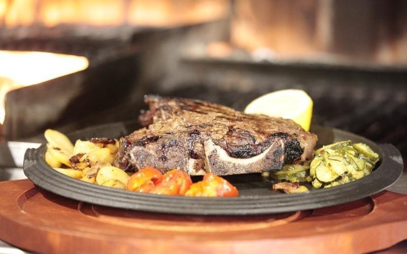 piatto di carne alla brace con verdure