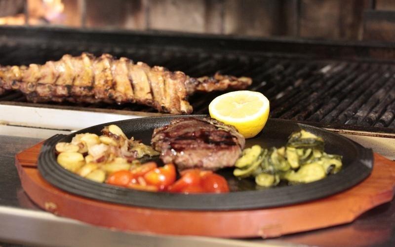 tagliere con verdure vicino al grill