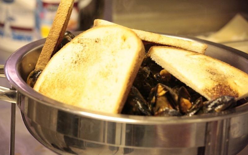 padella di cozze con sopra crostini di pane